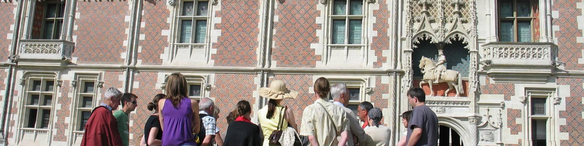Groupe de touriste avec un guide sur la place du château de Blois. © OTBC