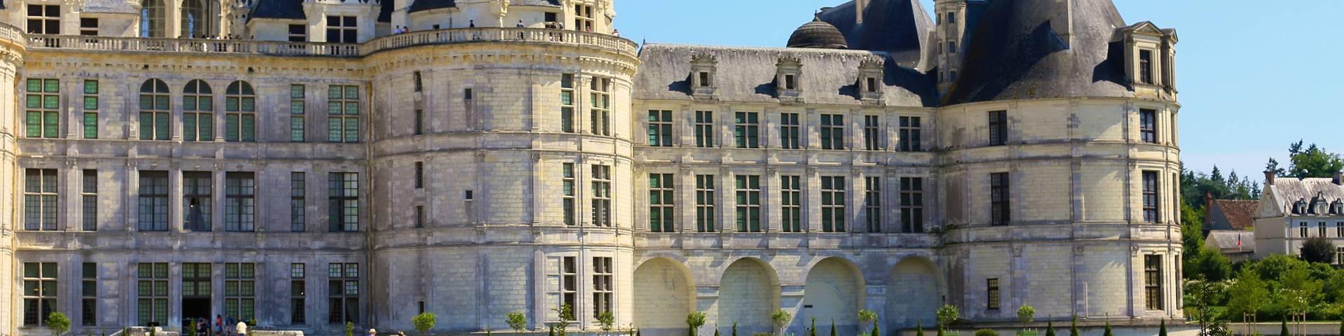 La façade du château de Chambord avec ses jardins à la française