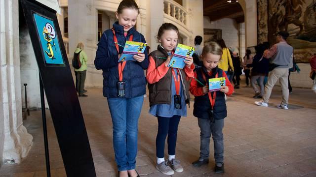Des enfants découvrent Chambord avec l'histopad. © Ludovic Letot