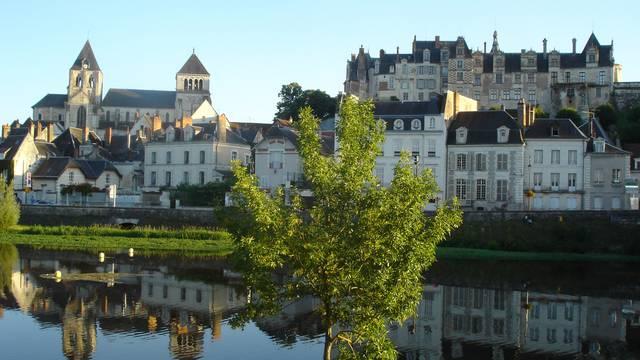 L'église et le château de Saint Aignan. © OTBC