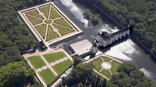 Le château de Chenonceau et ses jardins à la française vus du ciel