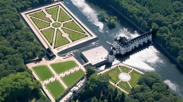 Le château de Chenonceau, ses jardins et le Cher vus du ciel. © OTBC