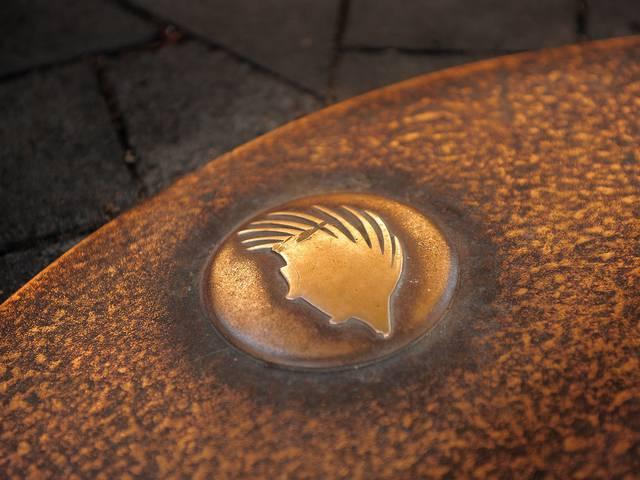 Le parcours des p'tits clous à Blois matérialisé par des clous en bronze à effigie notamment du porc-épic. © OTBC