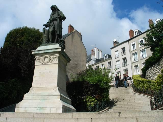 La statue de Denis Papin, haut personnage blésois. © OTBC