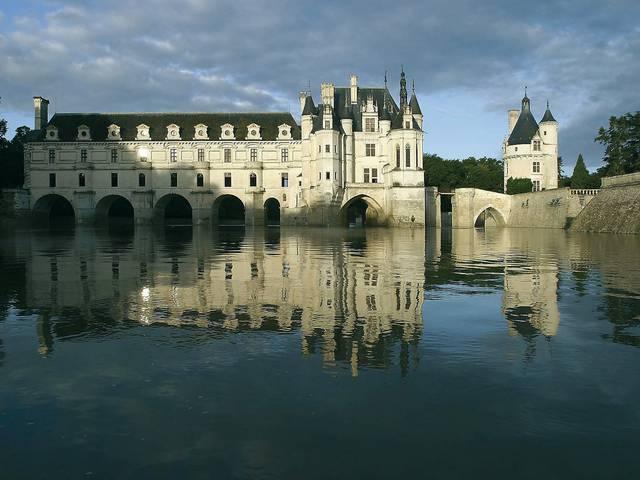 Le château de Chenonceau et le fameux pont sur le Cher de Diane de Poitiers. © OTBC