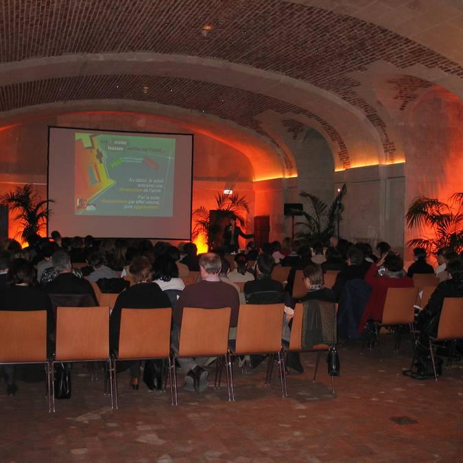 La salle des conférences du château royal de Blois lors d'une présentation