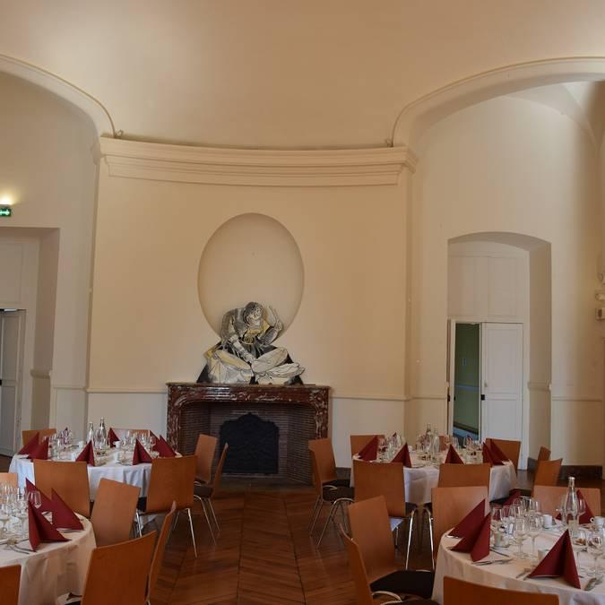 La salle Rotonde du château royal de Blois avant un dîner