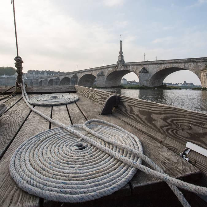 Sur une barque devant le pont Jacques Gabriel à Blois
