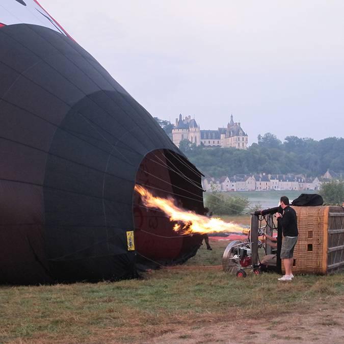L'aérostier allume le brûleur de la montgolfière