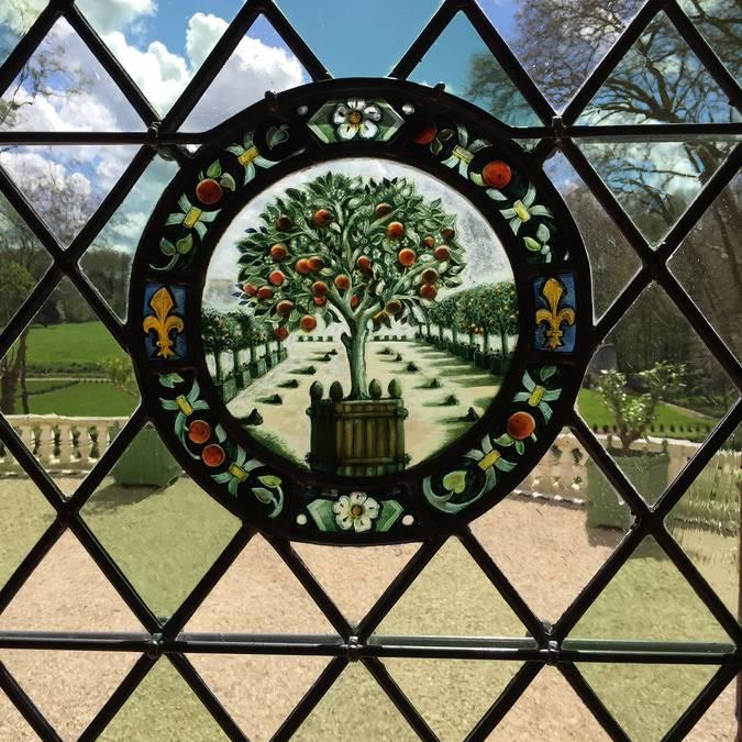 Les vitraux polychromes du Domaine Royal de Château Gaillard. © OTBC