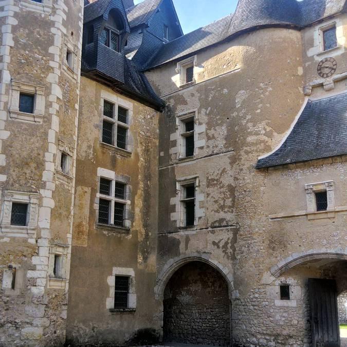 La cour du château de Fougères-sur-Bièvre