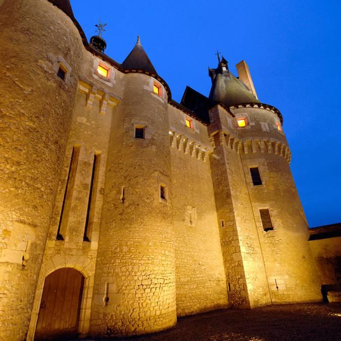 Façade du château de Fougères-sur-Bièvre de nuit