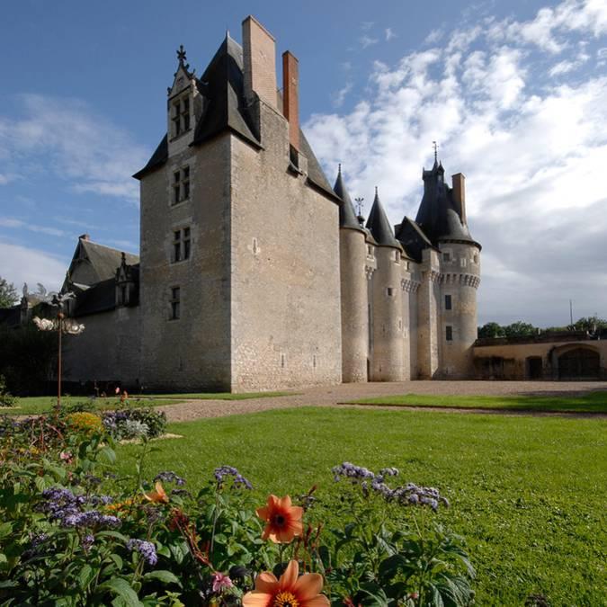 Le château de Fougères-sur-Bièvre et ses extérieurs