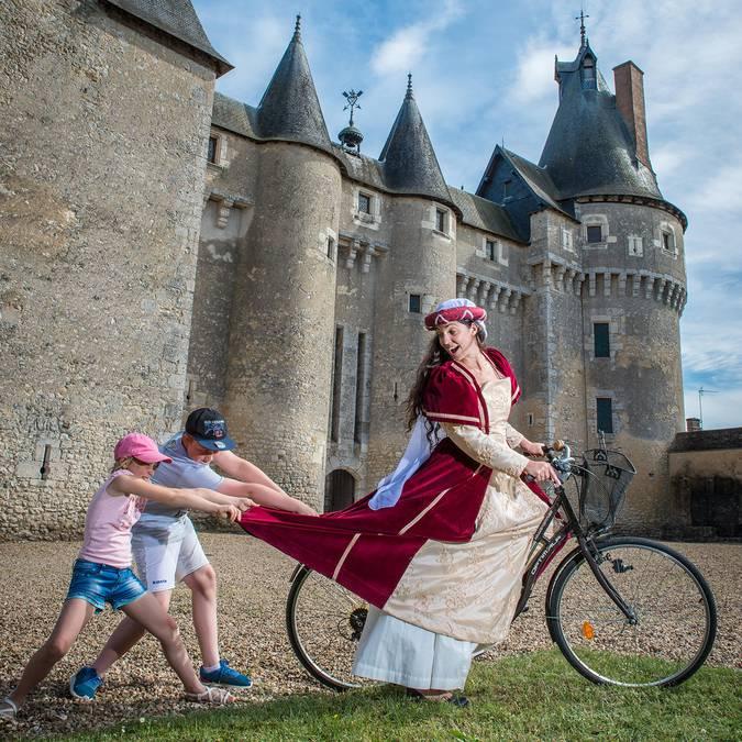 Château de Fougères-sur-Bièvre, femme en costume sur un vélo